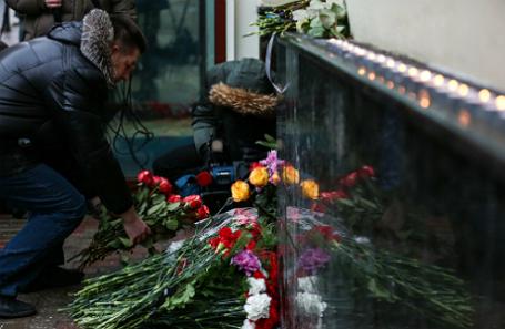 Цветы у здания КЗ «Александровский» в память о погибших при крушении самолета Ту-154 Минобороны России.