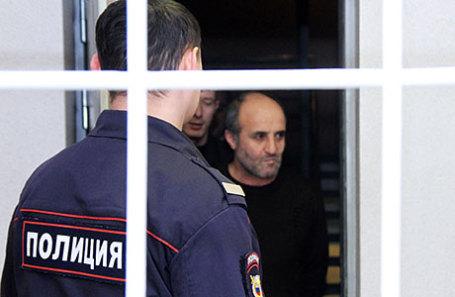 Один из задержанных по делу о массовом отравлении алкогольным суррогатом в Иркутске (справа на втором плане) перед избранием меры пресечения в Ленинском районном суде.