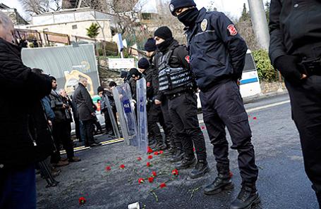 Полиция у ночного клуба Reina в Стамбуле.
