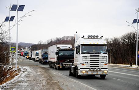 ВПетербурге дальнобойщики перекрыли платную дорогу, вызвав огромные пробки