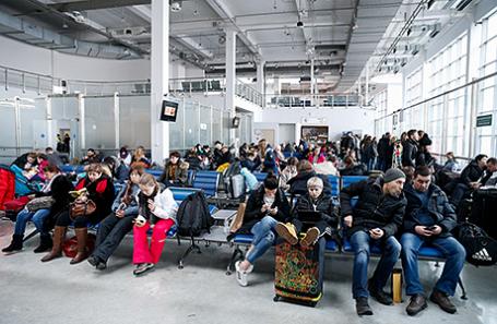 Пассажиры в аэропорту «Храброво».