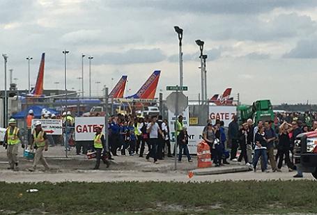Пассажиров и служащих аэропорта эвакуируют из терминала после стрельбы в воздушной гавани Форт-Лодердейл.
