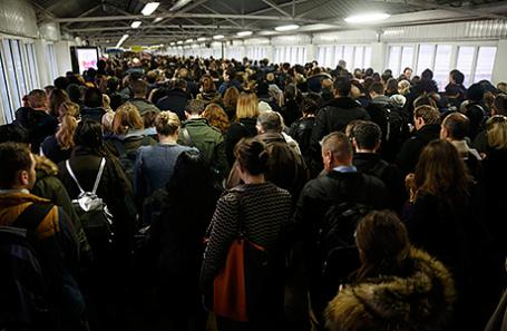 Люди ждут поезда на станции Clapham Junction в Лондоне.