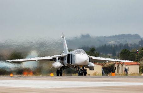 Бомбардировщик Су-24М, входящий в состав авиационной группировки Воздушно-космических сил России.
