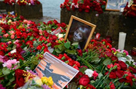 Цветы и свечи на набережной Сочи в память о погибших в авиакатастрофе Ту-154 Минобороны РФ.