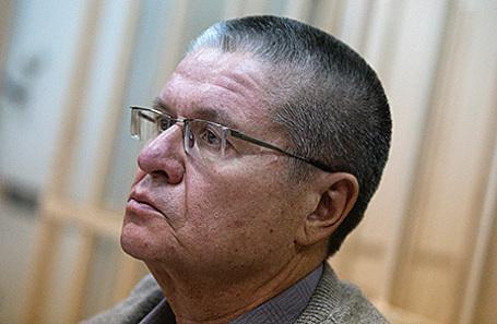 Бывший министр экономического развития РФ Алексей Улюкаев, обвиняемый в получении взятки в 2 миллиона долларов, во время рассмотрения ходатайства следствия о продлении ему домашнего ареста в Басманном суде, 10 января 2017.