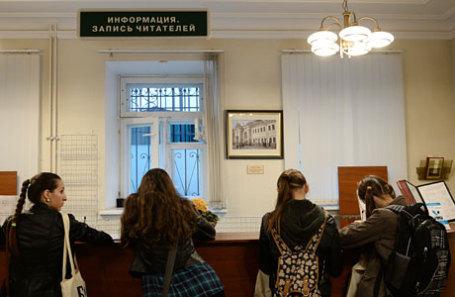 Посетители в библиотеке-читальне им. И.С.Тургенева.