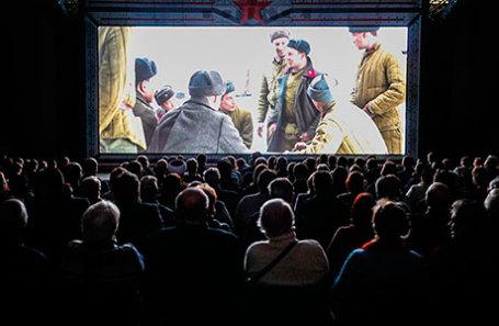 На просмотре фильма «28 панфиловцев» в кинотеатре.