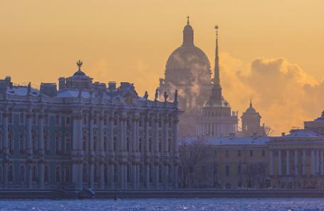 Вид на Зимний дворец и Исаакиевский собор.