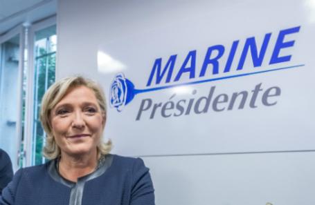 Кандидат в президенты Франции Марин Ле Пен в своем предвыборном штабе.