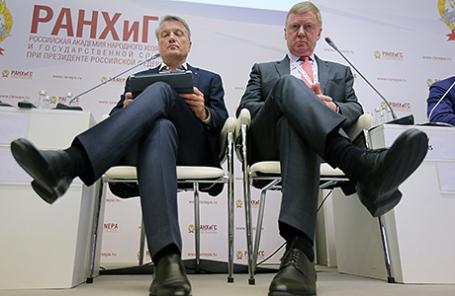 Глава Сбербанка Герман Греф и председатель правления «УК «Роснано» Анатолий Чубайс (слева направо) на экспертной дискуссии в рамках VIII Гайдаровского форума.