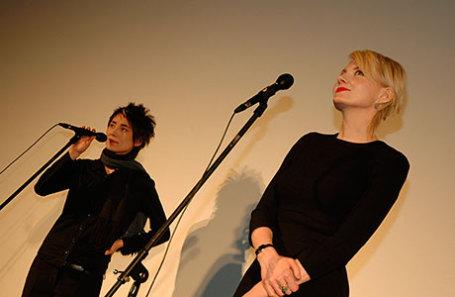 Певица Земфира Рамазанова и Рената Литвинова (слева направо).