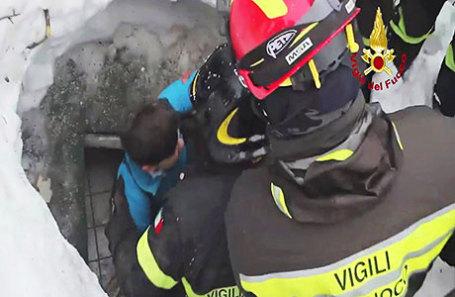 Спасатели помогают пострадавшим в  итальянском отеле, на который сошла снежная лавина.