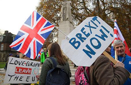Митингующие за «Брекзит» около здания парламента в Лондоне.