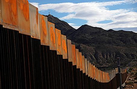 Участок границы между США и Мексикой.
