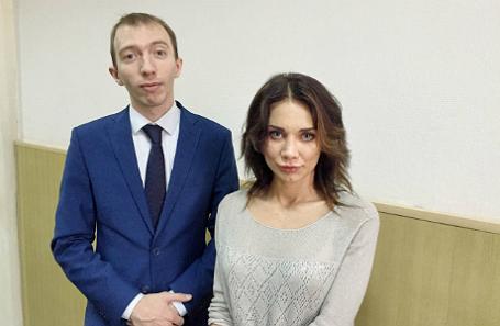 Невеста Никиты Белых Екатерина Рейферт и представляющий ее интересы адвокат Даниил Берман в Басманном суде Москвы.
