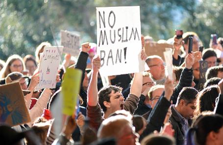 Надпись на плакате: «Нет запрету для мусульман!»