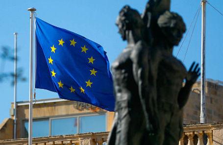 Флаг Европейского союза у Дворца гроссмейстеров Мальтийского ордена в Валлетте, где проходит саммит ЕС.