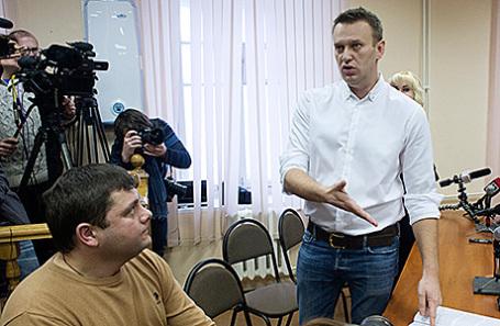 Предприниматель Петр Офицеров и глава Фонда борьбы с коррупцией (ФБК), оппозиционер Алексей Навальный (слева направо на первом плане), обвиняемые по делу о хищении имущества компании «Кировлес», во время оглашения приговора в Ленинском суде, 8 февраля 2017.