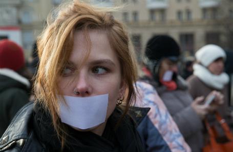 Участница митинга в защиту свободы слова на Триумфальной площади.