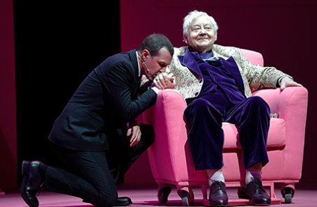 Актер Игорь Верник и актер, художественный руководитель МХТ имени А.П. Чехова Олег Табаков (слева направо) в сцене из спектакля «Дракон».