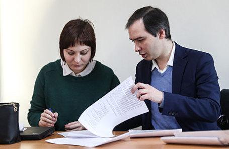 Супруга Ильдара Дадина Анастасия Зотова и адвокат Николай Зборошенко.