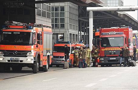 Пожарные около аэропорта Гамбурга.