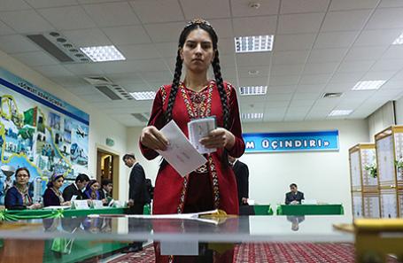 Девушка во время голосования в день выборов президента страны в Ашхабаде, Туркменистан, 12 февраля 2017.