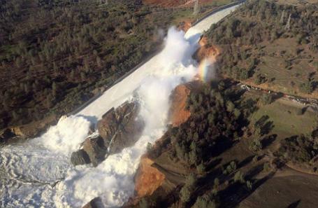Поврежденный водосброс в Оровилле, штат Калифорния.