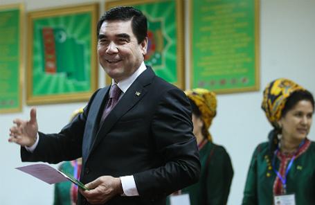 Президент Туркмении Гурбангулы Бердымухамедов во время голосования на избирательном участке.