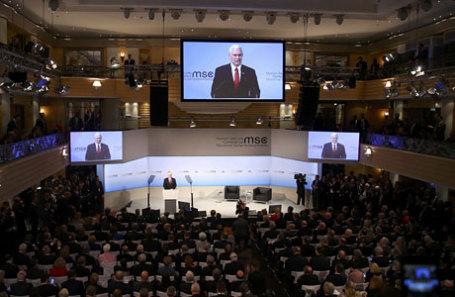 Вице-президент США Майк Пенс выступает на Мюнхенской конференции по безопасности.