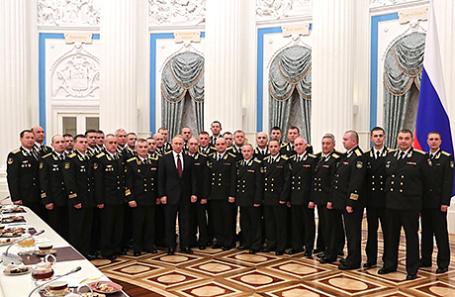 Президент России Владимир Путин с военнослужащими Северного флота.