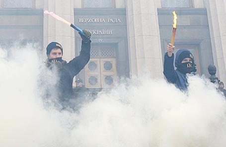 Националисты у здания Верховной рады в Киеве.