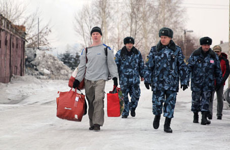 Оппозиционер Ильдар Дадин (слева), осужденный за нарушения правил проведения митингов, у исправительной колонии в городе Рубцовске.