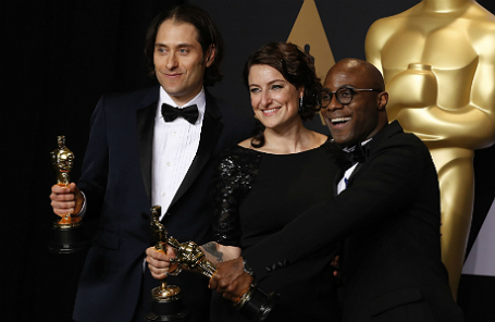 Джереми Клейнер, Адель Романски и режиссер Барри Дженкинс с «Оскаром» за «Лунный свет».