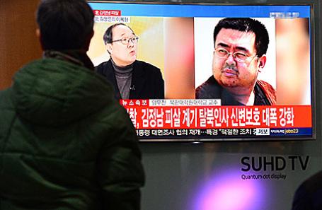 Человек смотрит репортаж об убийстве Ким Чен Нама. Сеул, Южная Корея.