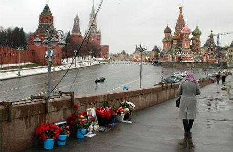 Народный мемориал в память о Борисе Немцове на Большом Москворецком мосту.