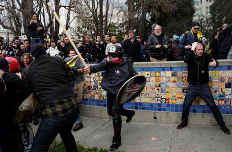 Драка сторонников и противников Дональда Трампа в Беркли, где находится знаменитый Калифорнийский университет