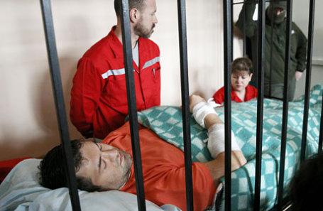 Глава государственной фискальной службы (ГФС) Украины Роман Насиров (слева), доставленный в Соломенский районный суд из больницы «Феофания», во время избрания меры пресечения.