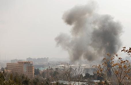 Дым над военным госпиталем в Кабуле, Афганистан.