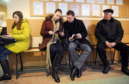 Жители города в отделе Миграционной службы ДНР.