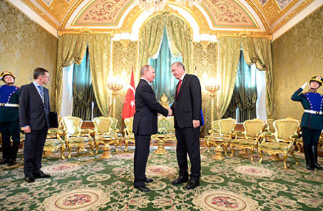 Президент России Владимир Путин и президент Турции Реджеп Тайип Эрдоган (слева направо) во время встречи в Кремле.