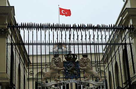 Флаг Турции над посольством Нидерландов в Стамбуле, 12 марта 2017.