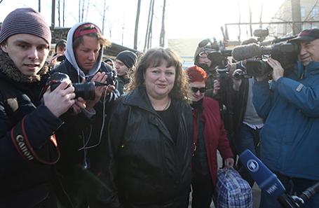 Россиянка Оксана Севастиди (на первом плане), осужденная за госизмену и помилованная президентом, после освобождения из следственного изолятора «Лефортово», 12 марта 2017.