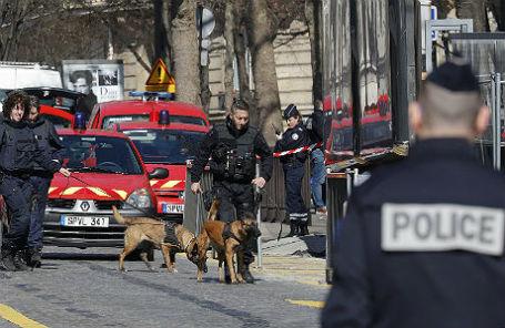 Полиция у парижского отделения МВФ, куда пришел заминированный пакет.
