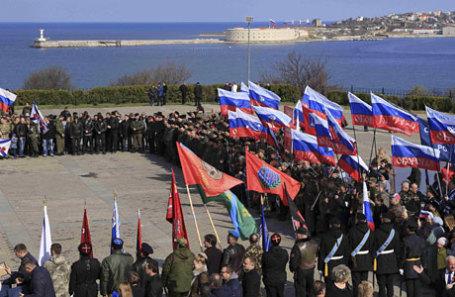 Люди принимают участие в торжествах по случаю третьей годовщины аннексии Крыма Россией в Севастополе.