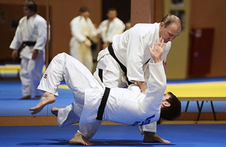 Президент России Владимир Путин (справа) во время тренировки с российской сборной по дзюдо в Сочи.