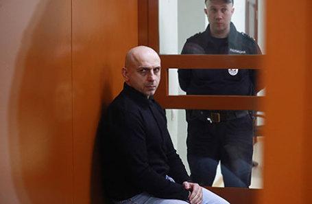 Обвиняемый в причастности к захвату заложников в Театральном центре на Дубровке в 2002 году Хасан Закаев перед оглашением приговора на заседании Московского окружного военного суда.