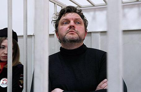 Бывший губернатор Кировской области Никита Белых, обвиняемый в получении взятки в размере 400 тысяч евро, перед началом рассмотрения ходатайства следствия о продлении срока ареста в Басманном районном суде.
