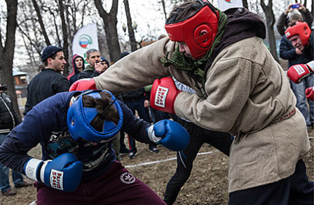 Участники кулачных боев в рамках традиционных игр на Красную горку в Измайловском парке.